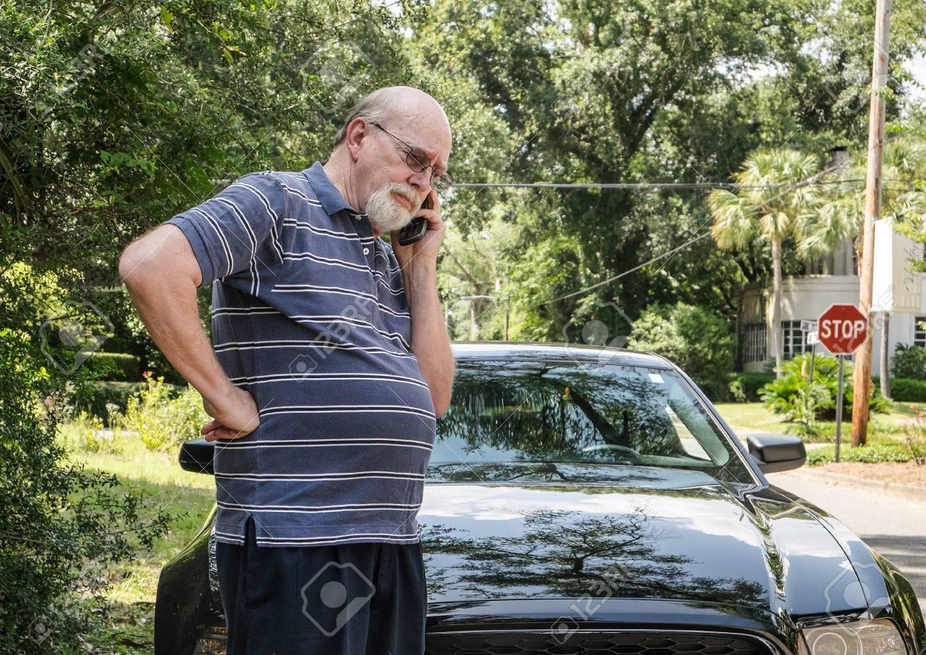 Wütend älterer Mann Auf Handy Anrufe Für Pannenhilfe Für Auto ...