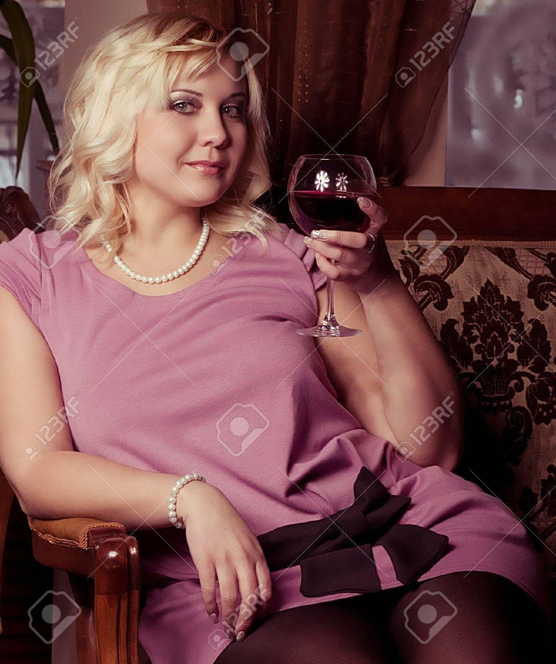 Portrait de belle taille plus jeune femme blonde posant Banque d'images - 18714437