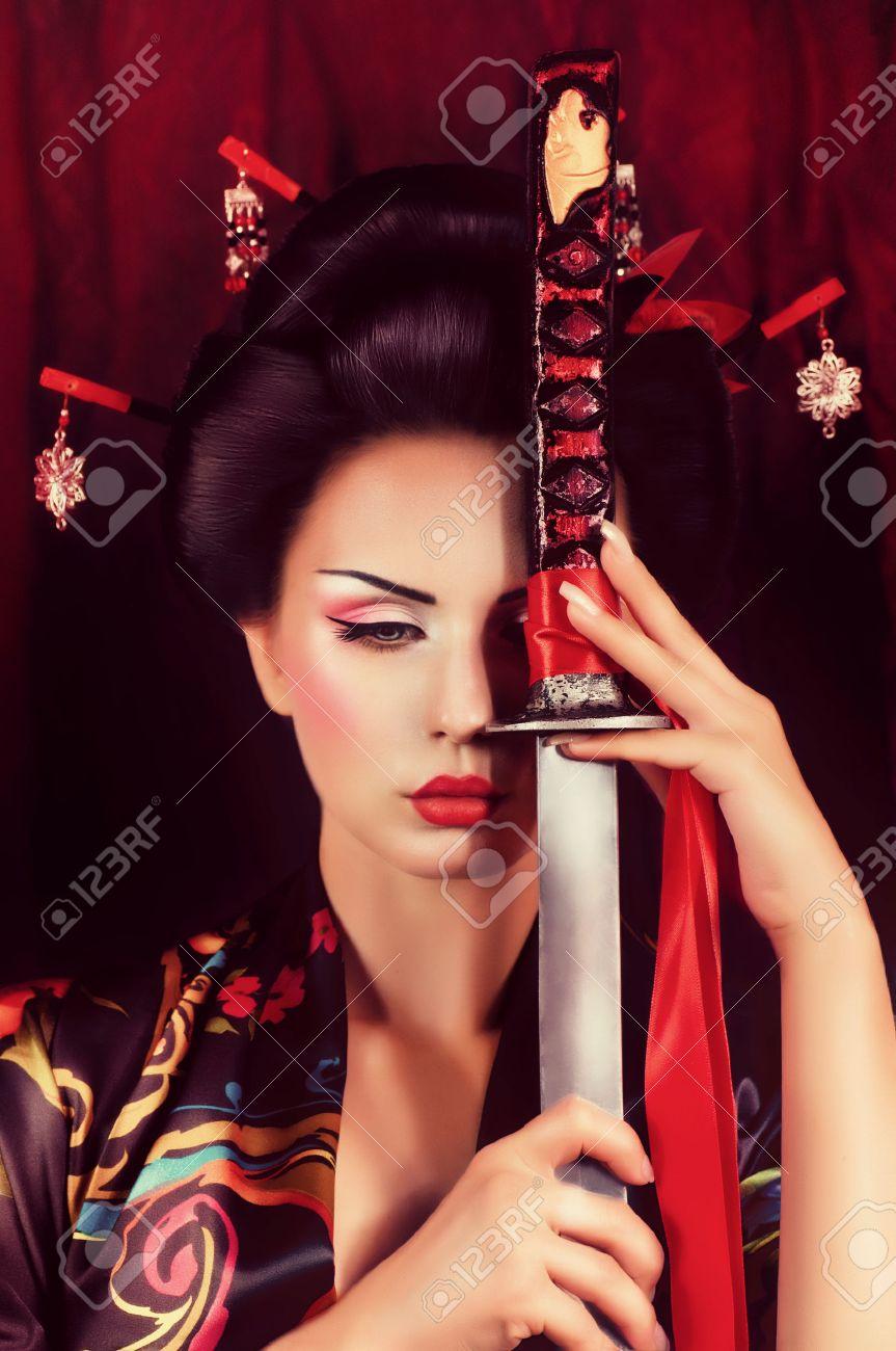 Belle geisha en kimono avec l'épée de samouraï Banque d'images - 22612904