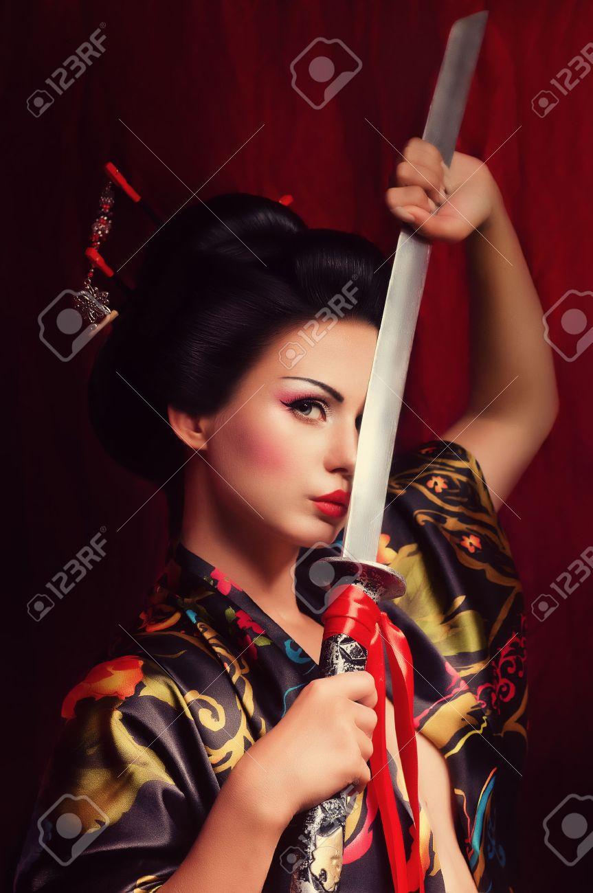 Beautiful geisha in kimono with samurai sword Banque d'images - 25613165