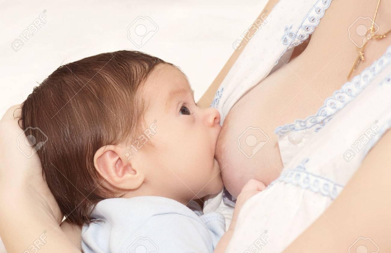 Sein de la mère nourrit son bébé Banque d'images - 26681849