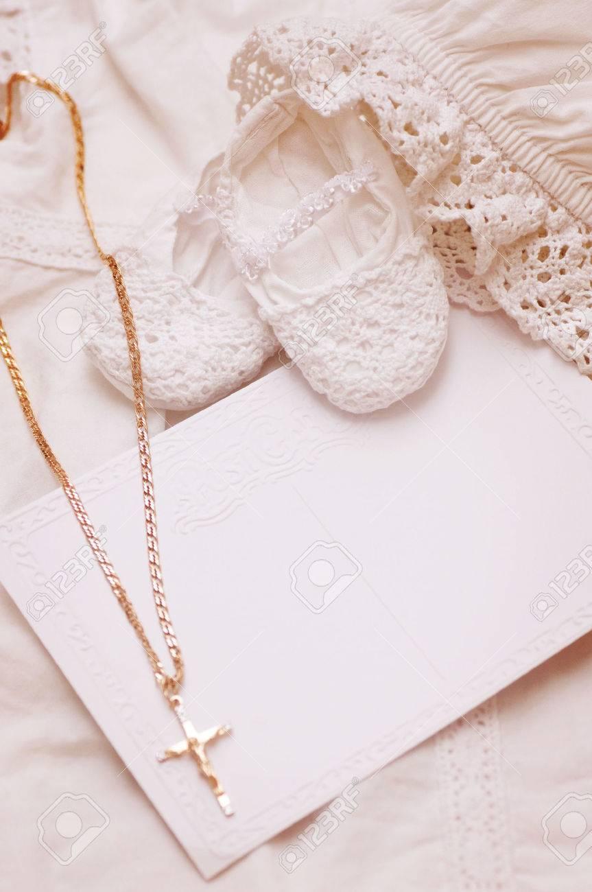 Chaussure de bébé et une carte avec la croix d'or pour Baptême Banque d'images - 26648449