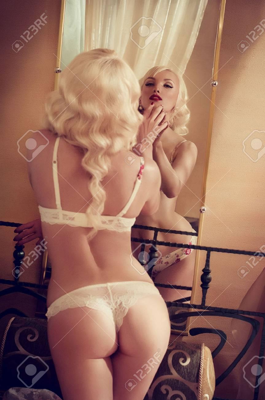 Sexy belle jeune fille blonde en sous-vêtements Banque d'images - 32843201