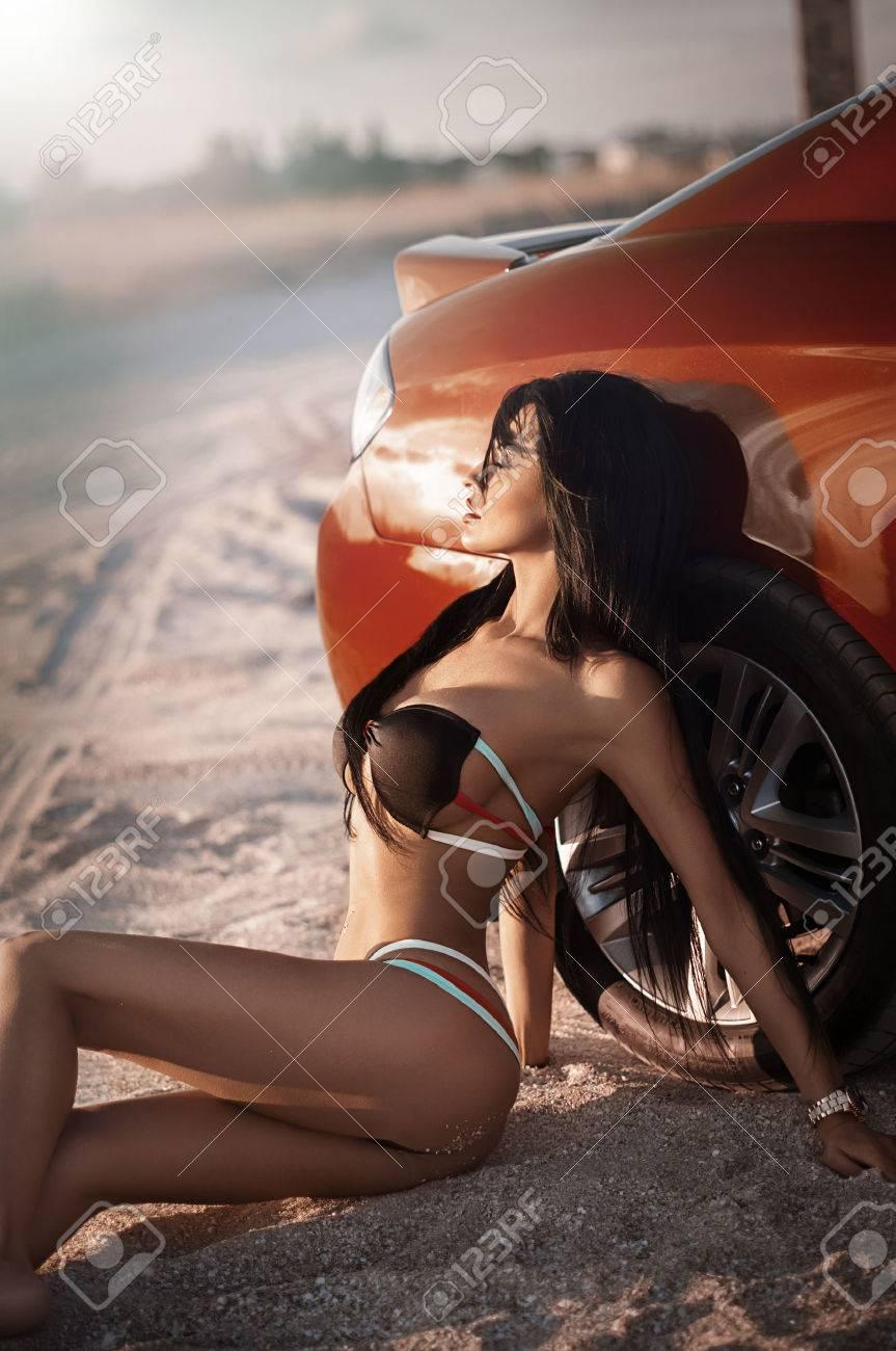 Sexy bikini girl posant sur la plage Banque d'images - 37918581