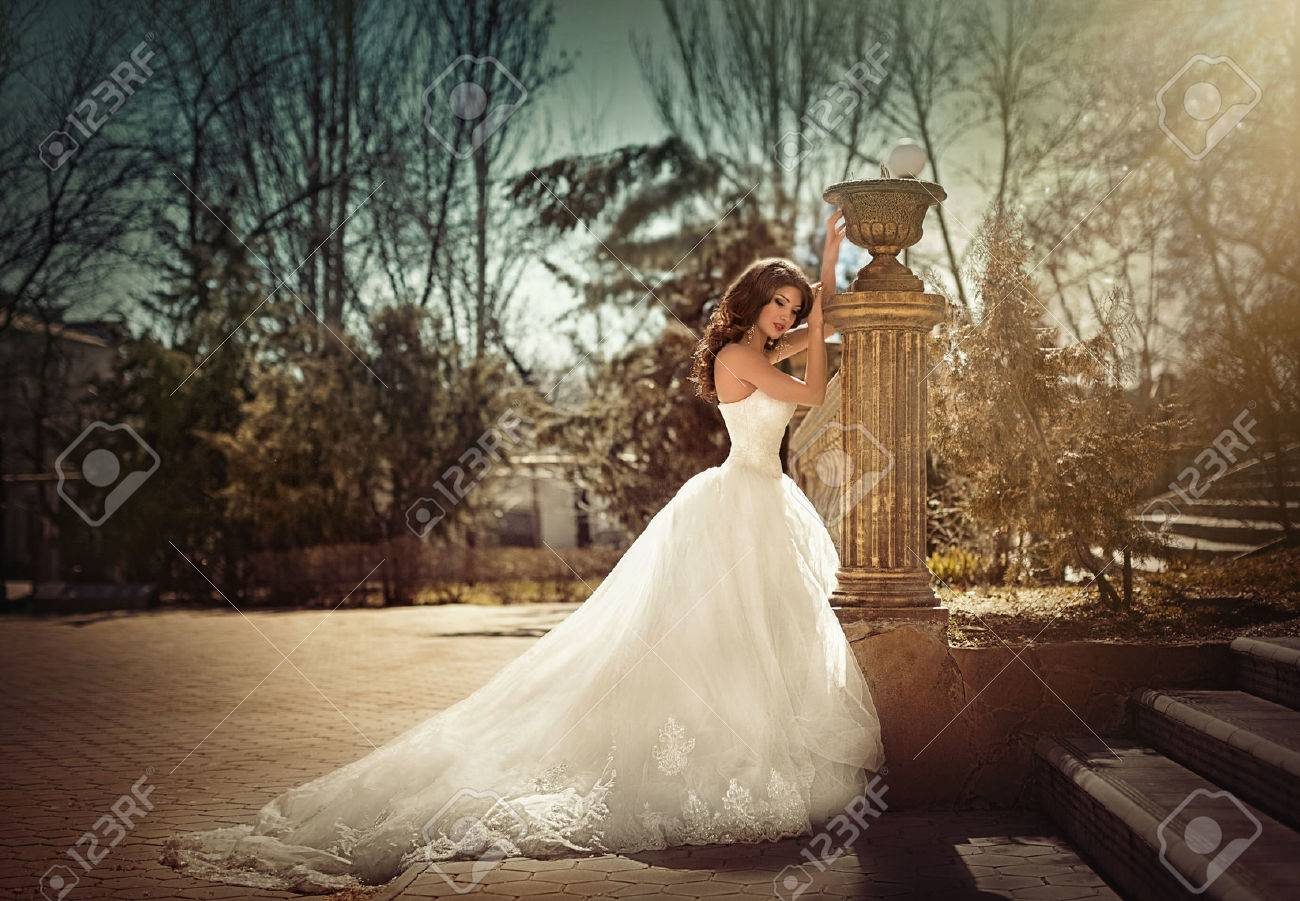 Beautiful bride with stylish make-up in white dress Banque d'images - 39621424
