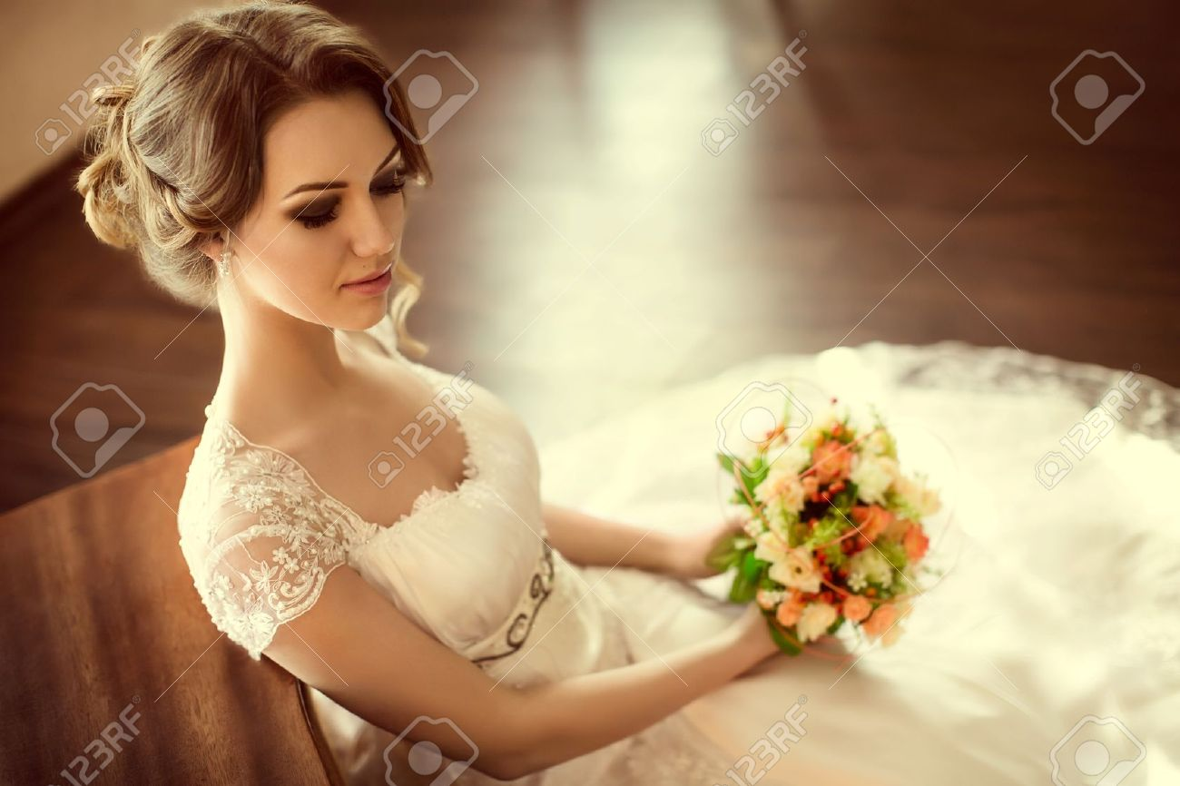 Beautiful bride with stylish make-up in white dress Banque d'images - 46504442