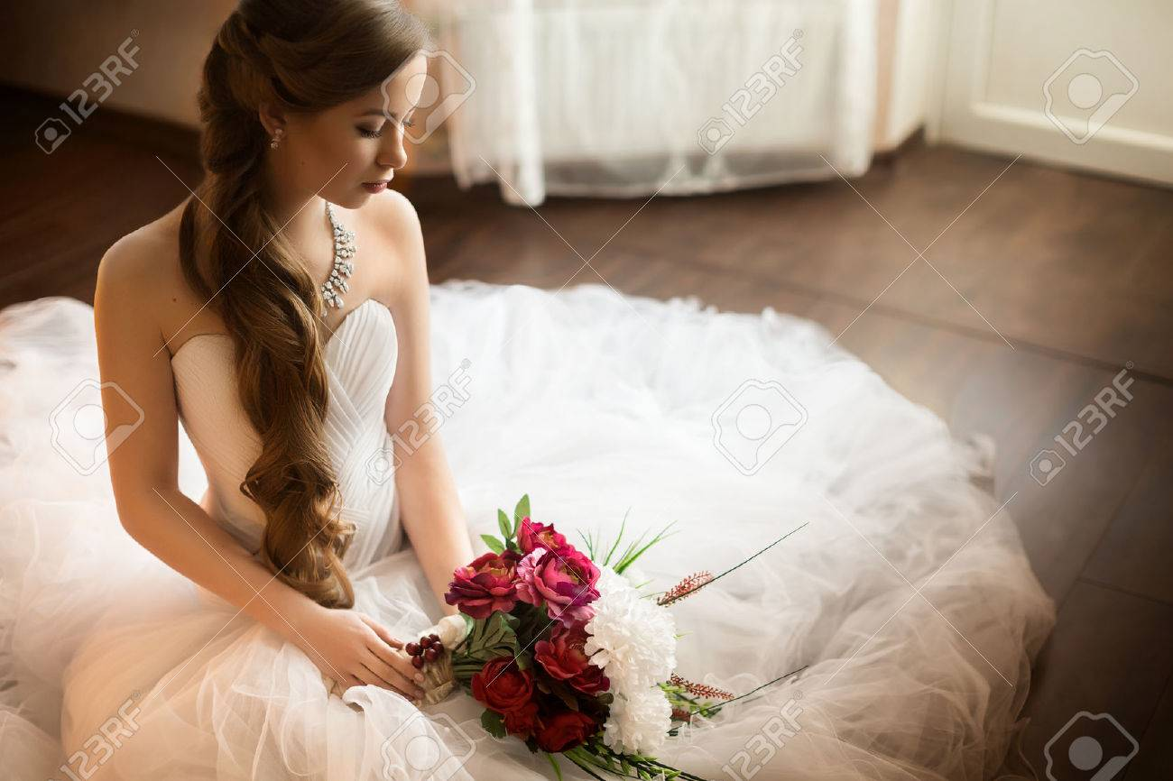 Beautiful bride with stylish make-up in white dress Banque d'images - 46676570