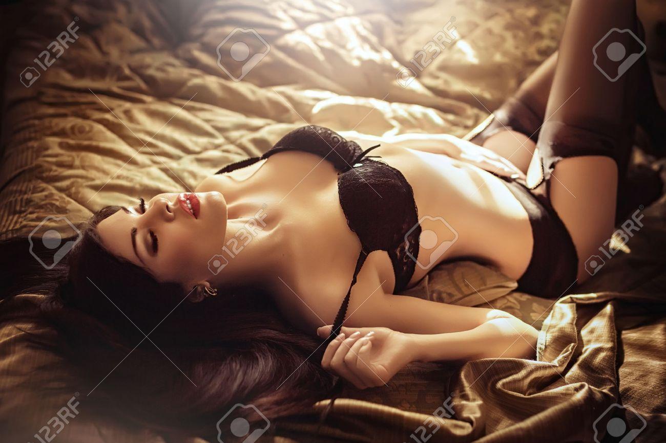 Sexy belle jeune fille brune en sous-vêtements Banque d'images - 47349478