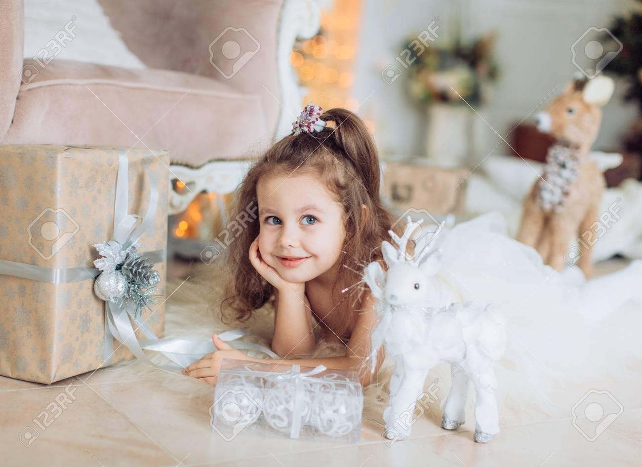 Fotografia infantil  - Página 12 87871246-beautiful-little-girl-in-white-dress-with-christmas-tree-decoration