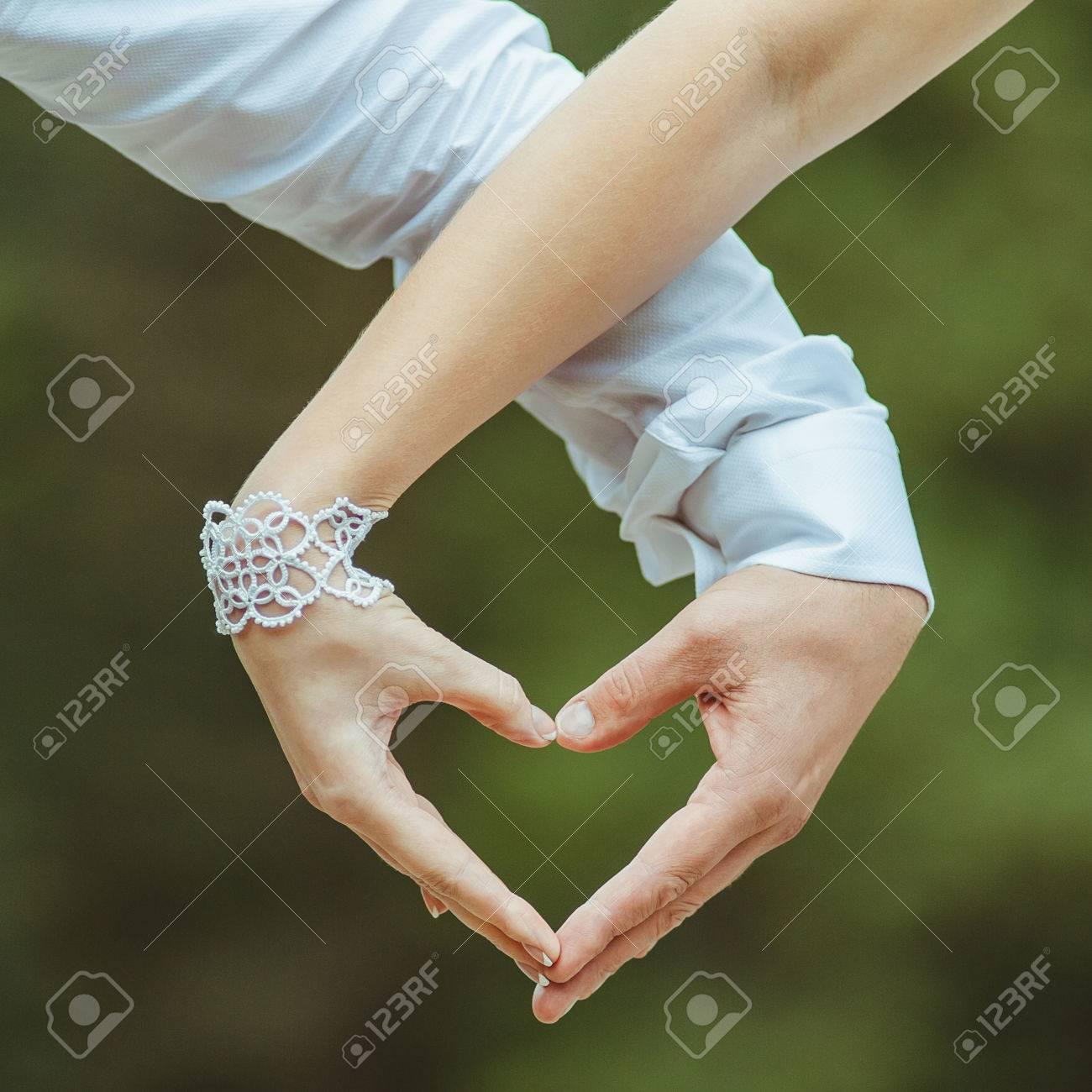 Los Amantes De La Pareja Haciendo Un Corazón Con Las Manos Fotos