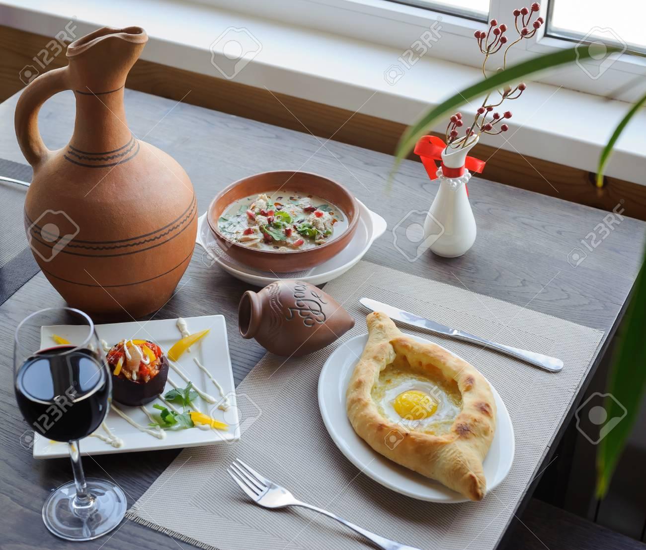 テーブル、グルジア料理、khacha...