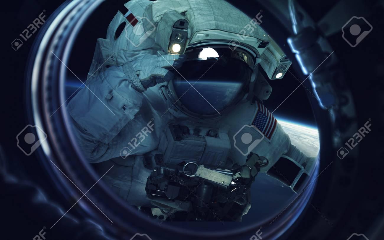 宇宙遊泳で宇宙飛行士 宇宙アート サイエンス フィクションの壁紙