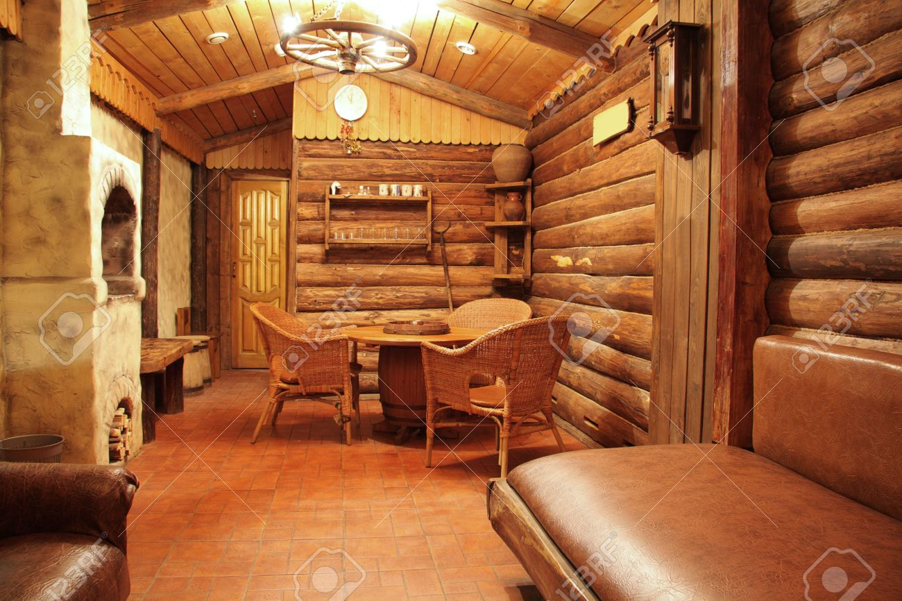 casa de madera con el interior del horno de piedra foto foto de archivo