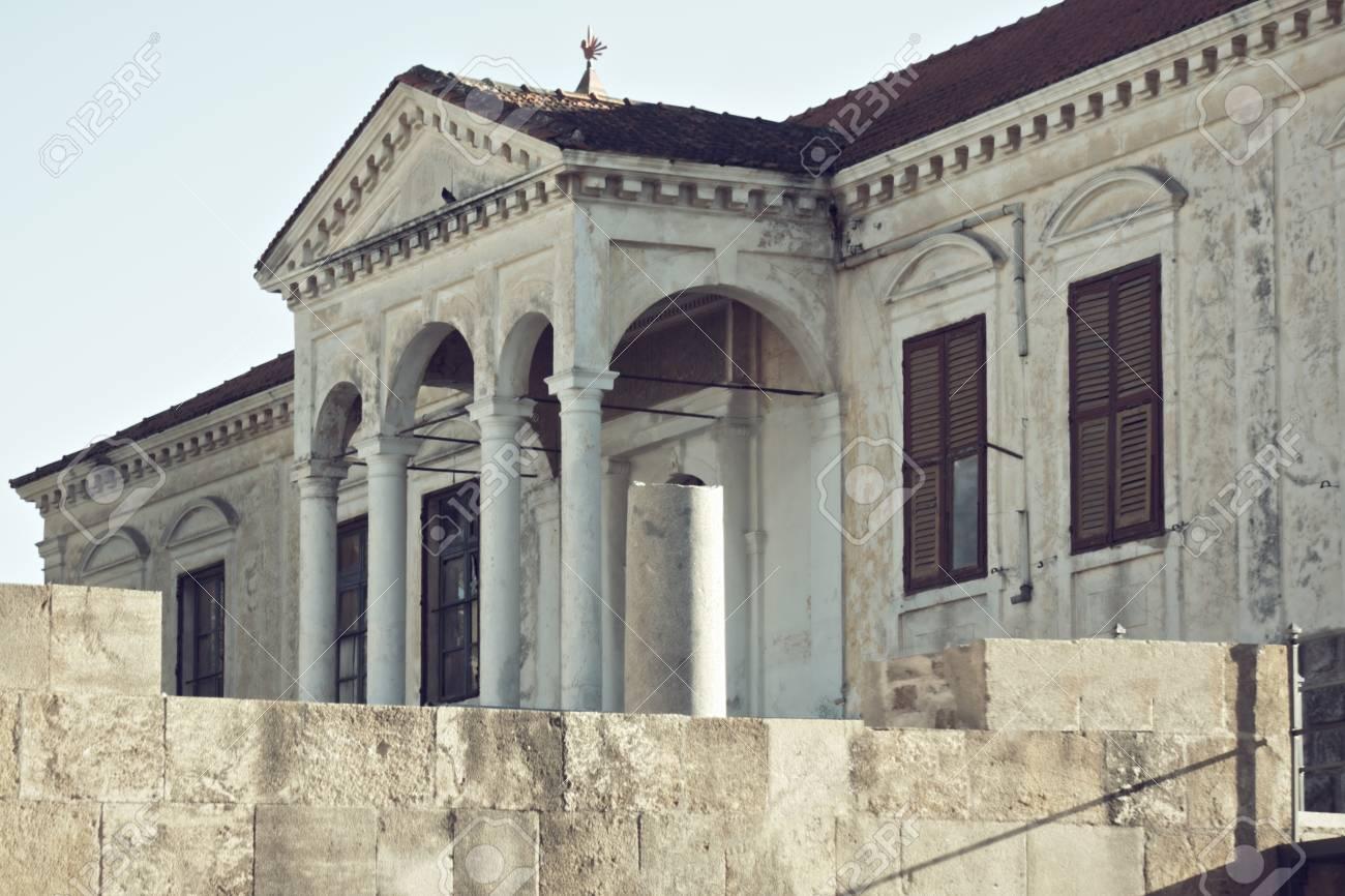 Persiane In Legno Antiche : Antico edificio con colonne e persiane in legno tonica foto foto