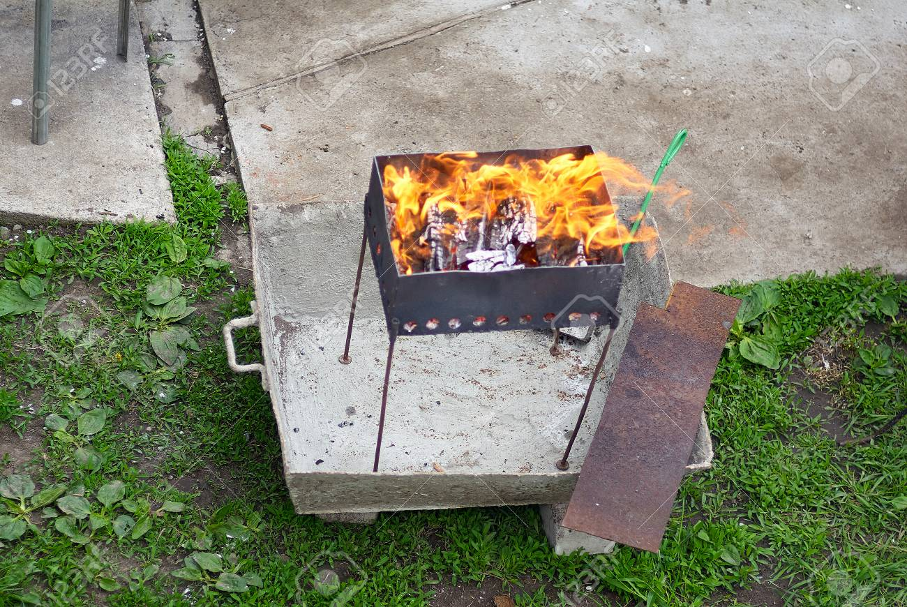 heiße kohlen in das feuer in der feuerschale. grill auf dem garten
