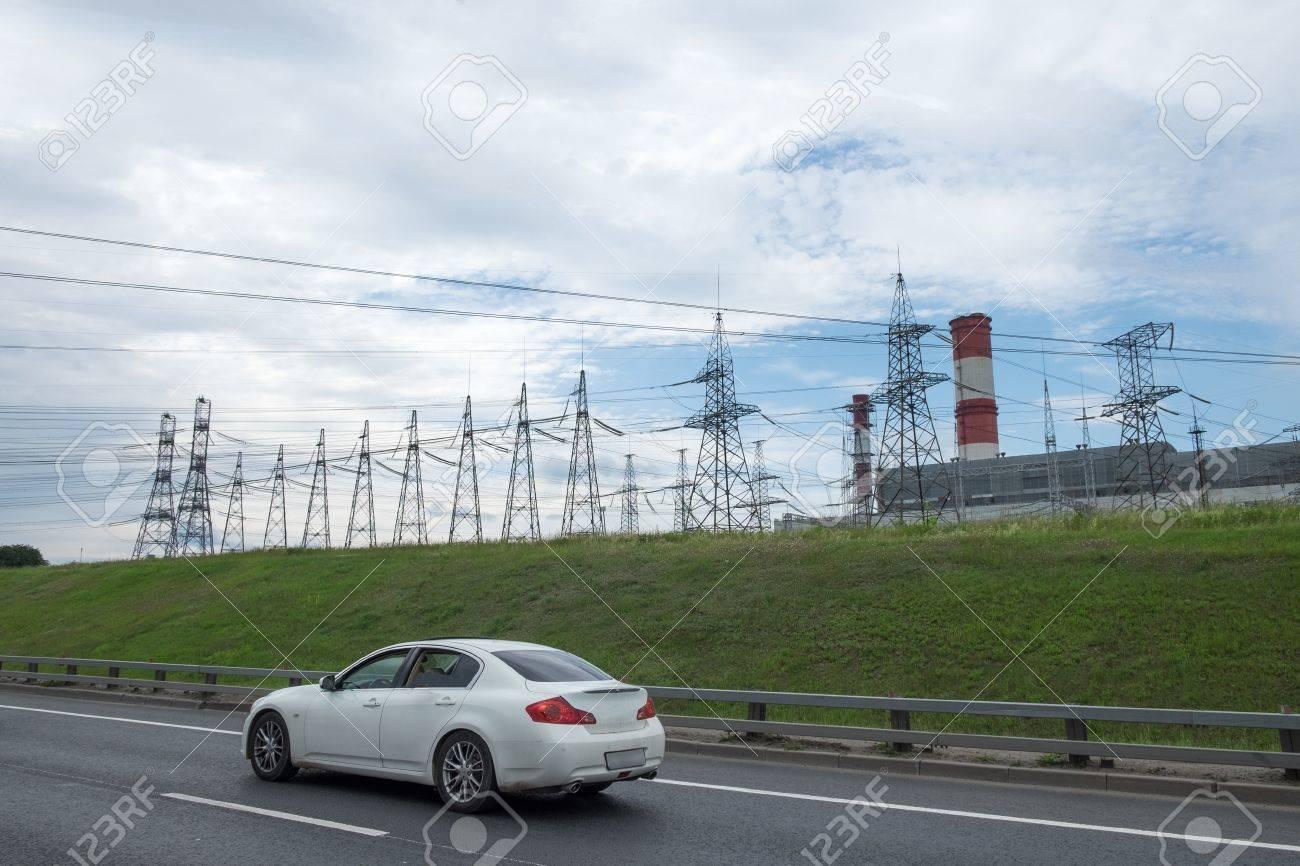 Elektrizitat Hochspannungs Turme Bilder Und Strasse Mit Auto