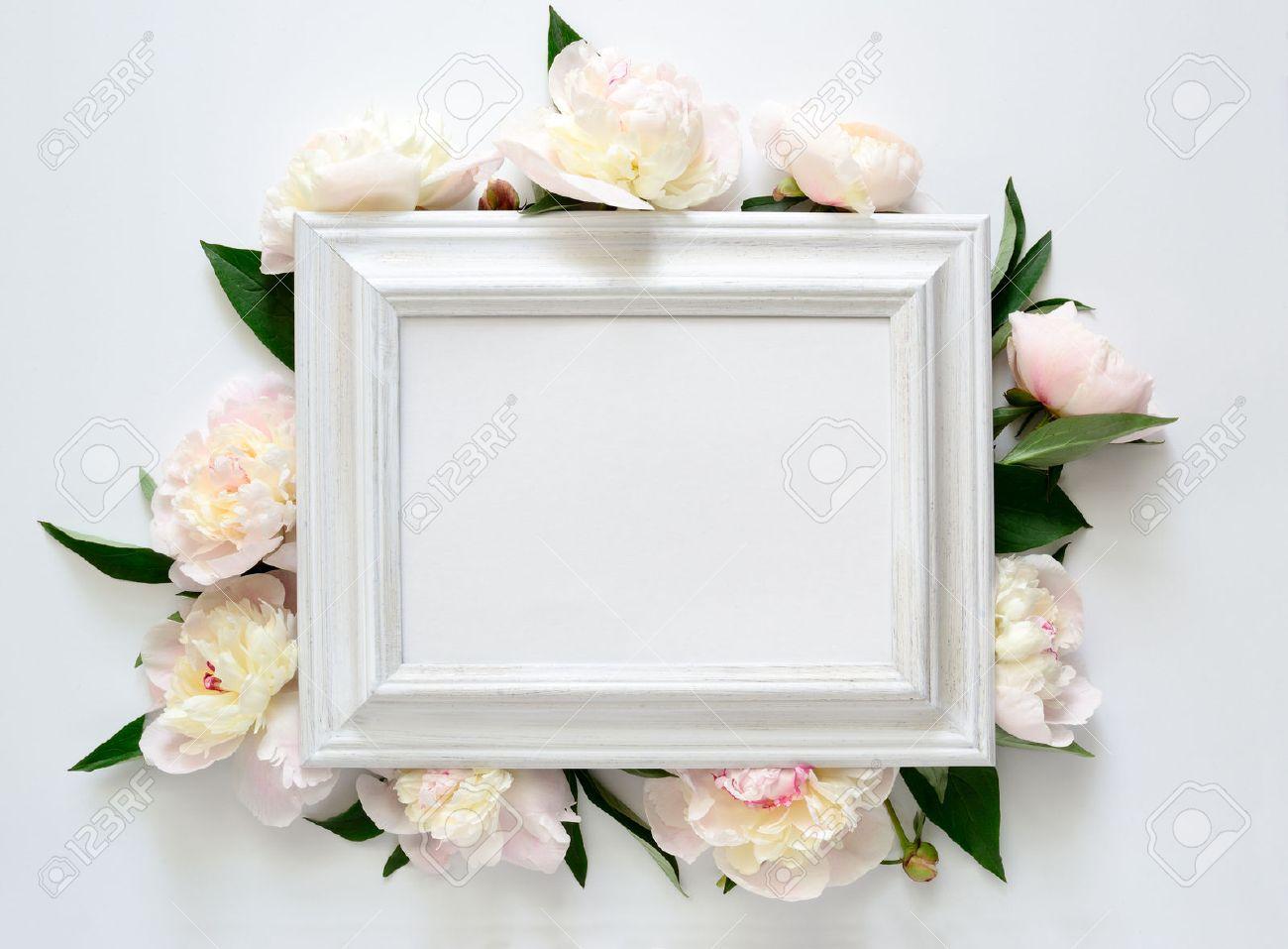 Invitación De La Boda O Despedida De Soltera Invitación Blanco Marco De Madera Decorado Con Flores Espacio En Blanco Para Un Texto