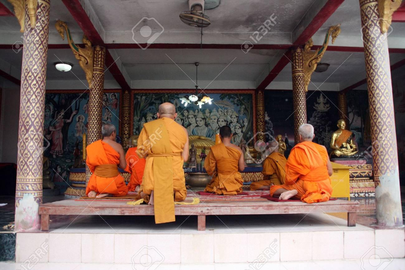 Los monjes budistas en túnicas de color naranja rezando a buda en gran buda templo samui isla tailandia  Foto de archivo - 1646785