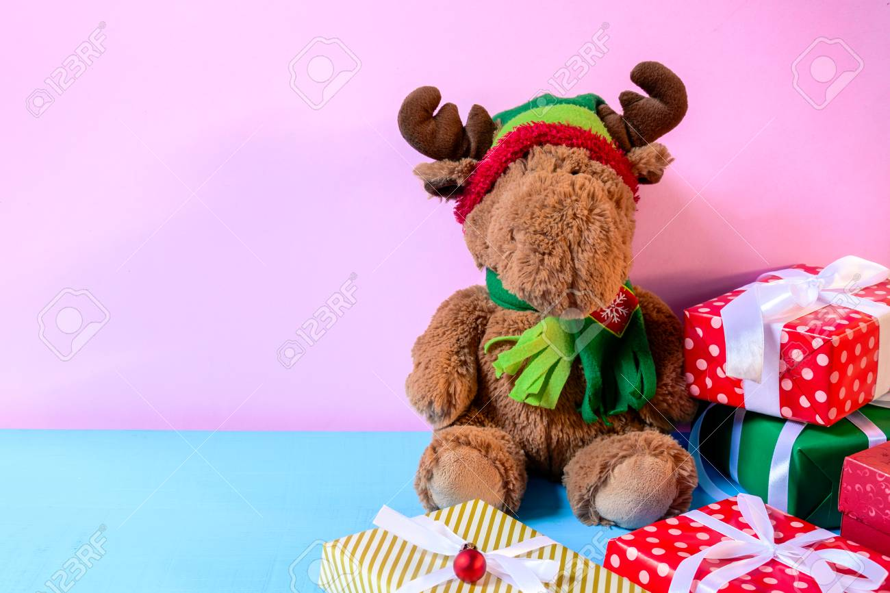 Boîtes de poupée et de cadeau sur fond de mur de bureau bois rose