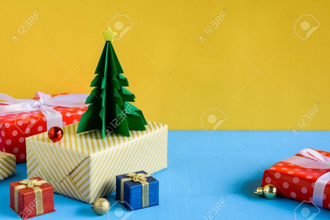 Boites De Poupee Et De Cadeau Sur Fond De Mur De Bureau En Bois