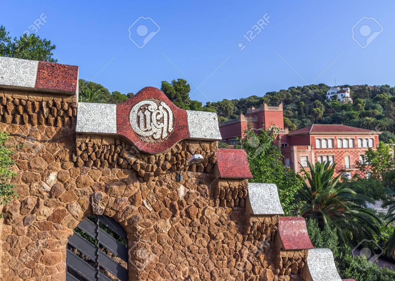 Stenen Muur Tuin : Muur steen in de tuin mozaïek in het parc guell ontworpen door