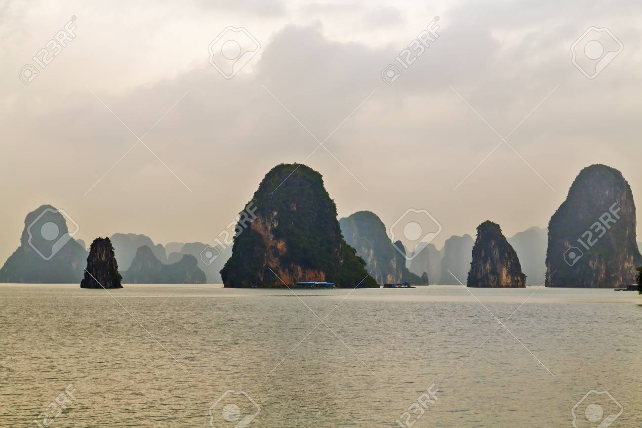 90082517-ha-long-bay-islands-halong-moun
