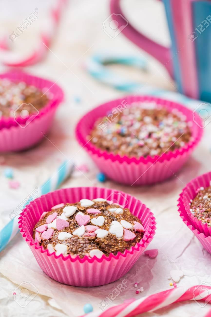 Muffins Mit Happy Valentinstag Bunte Kuchen Mit Sussen Herzen