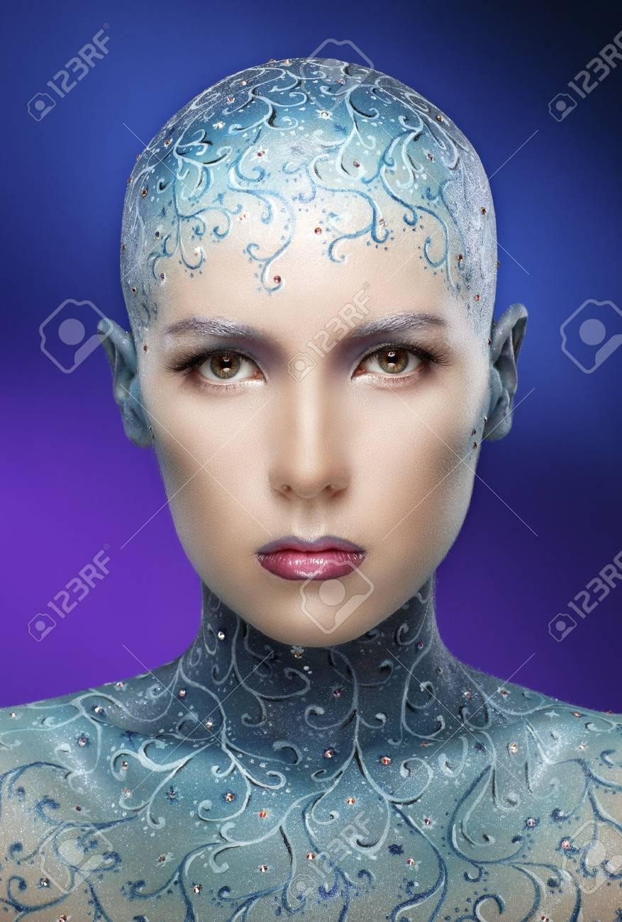 Fille Chauve Avec Lart Coloré De Maquillage Concept La Reine Des