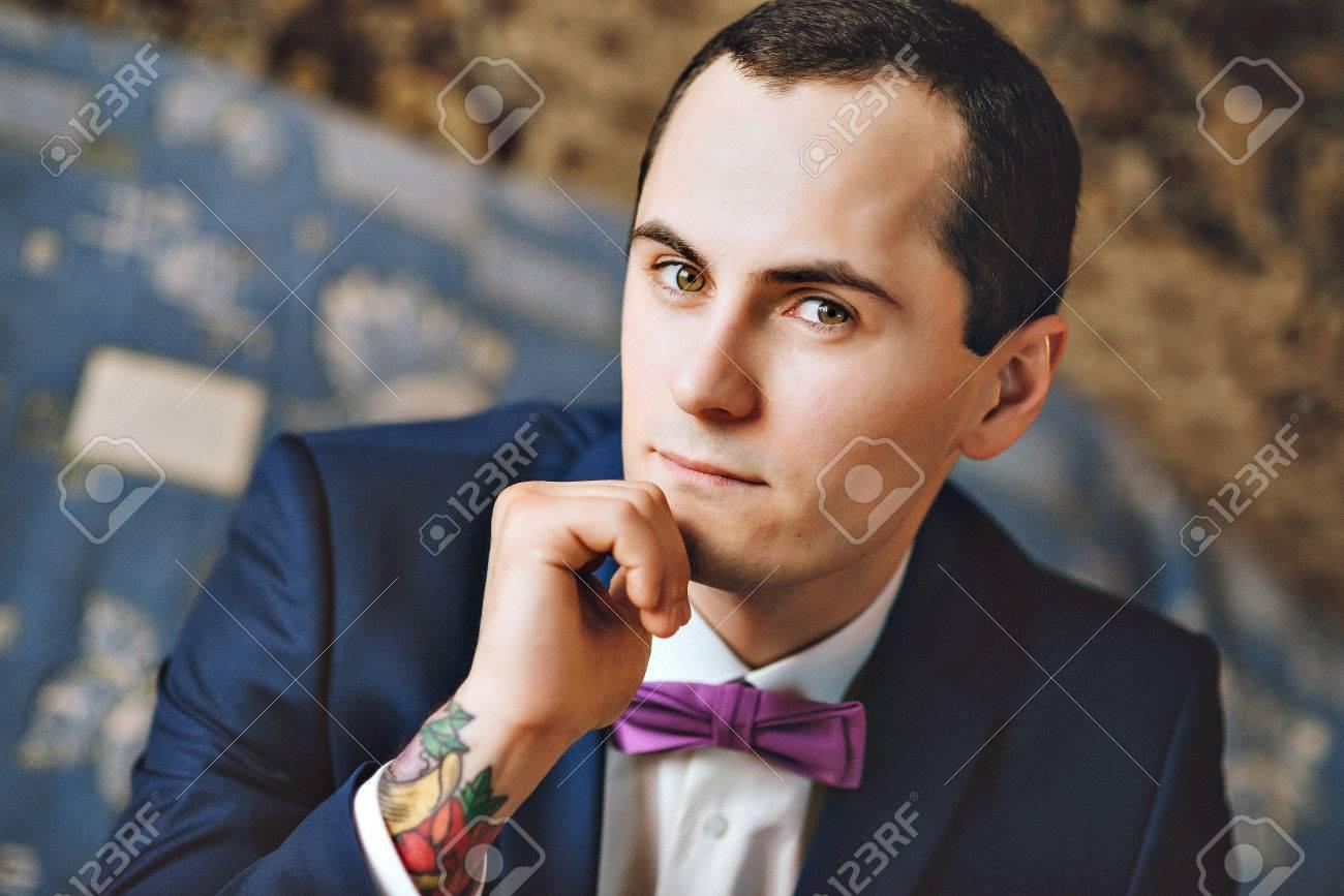 f1986eec0 ... Joven Morena Guapo Con Traje Azul Y Púrpura Corbata De Agarre Gemelos.  Retrato De Un Hombre En Un Traje. El Novio En La Camisa