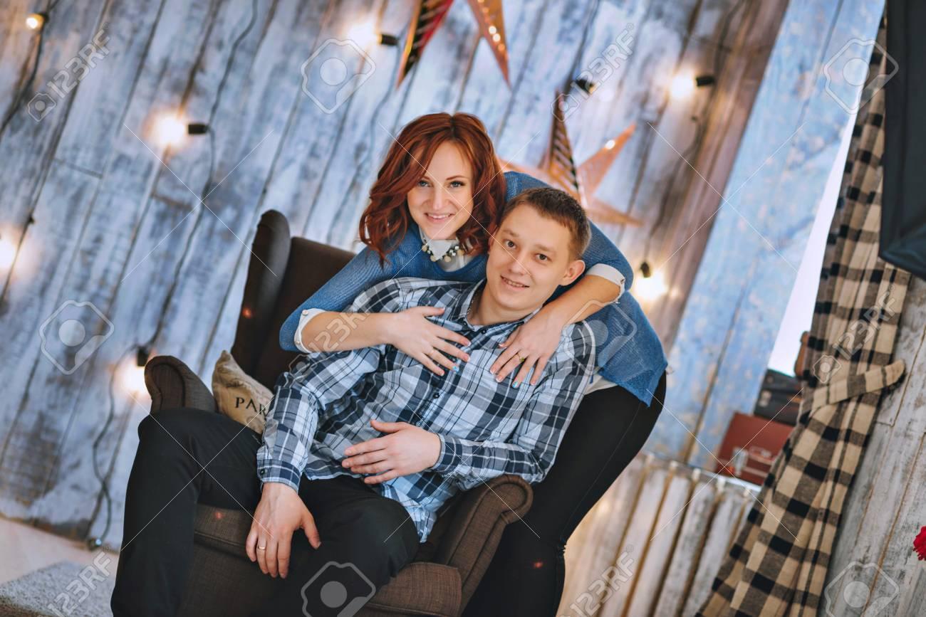 7a4c4bc61da5b Banque d images - Un jeune homme et une femme enceinte dans une robe bleue.  Le bonheur familial, en prévision du bébé.