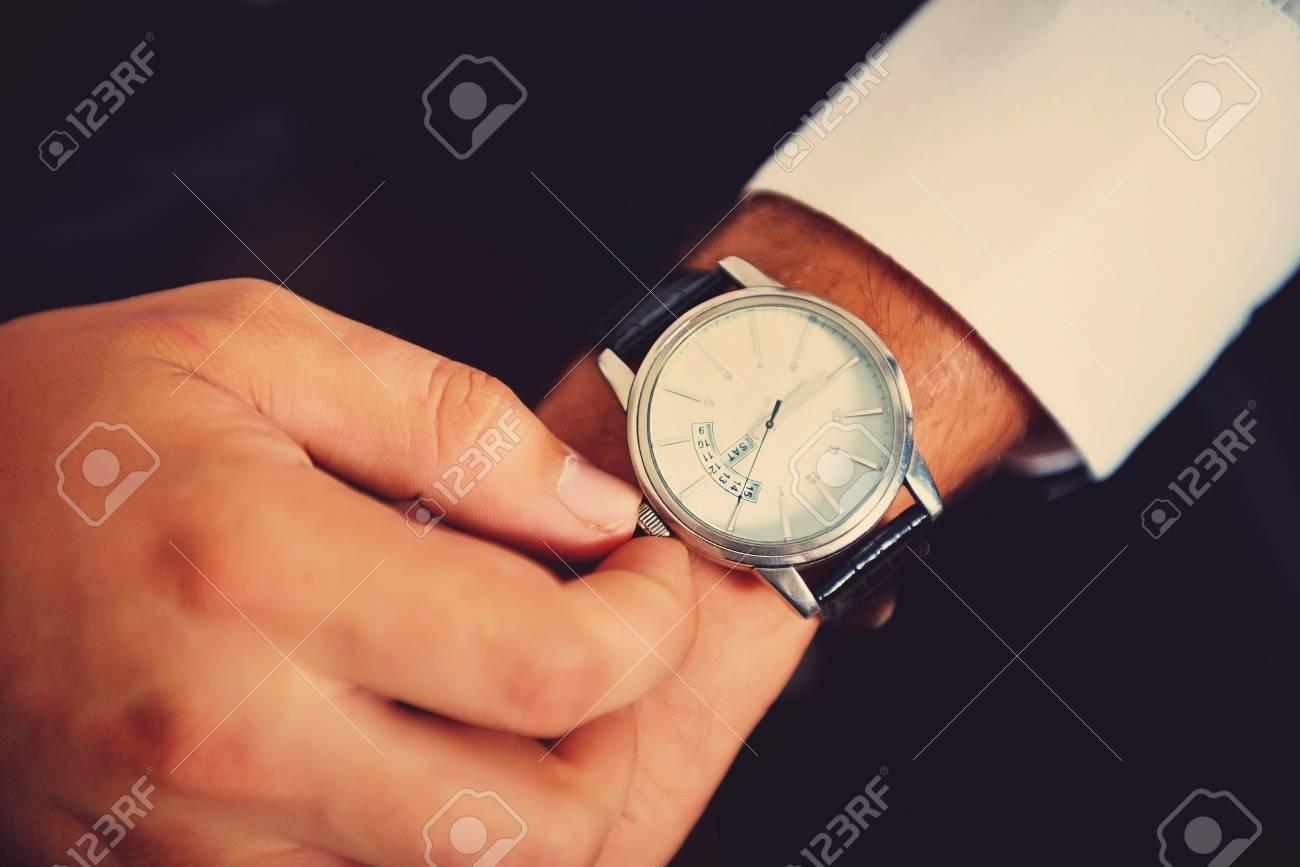 Foto de archivo - Reloj de moda de primer plano en la muñeca del hombre a78911783505