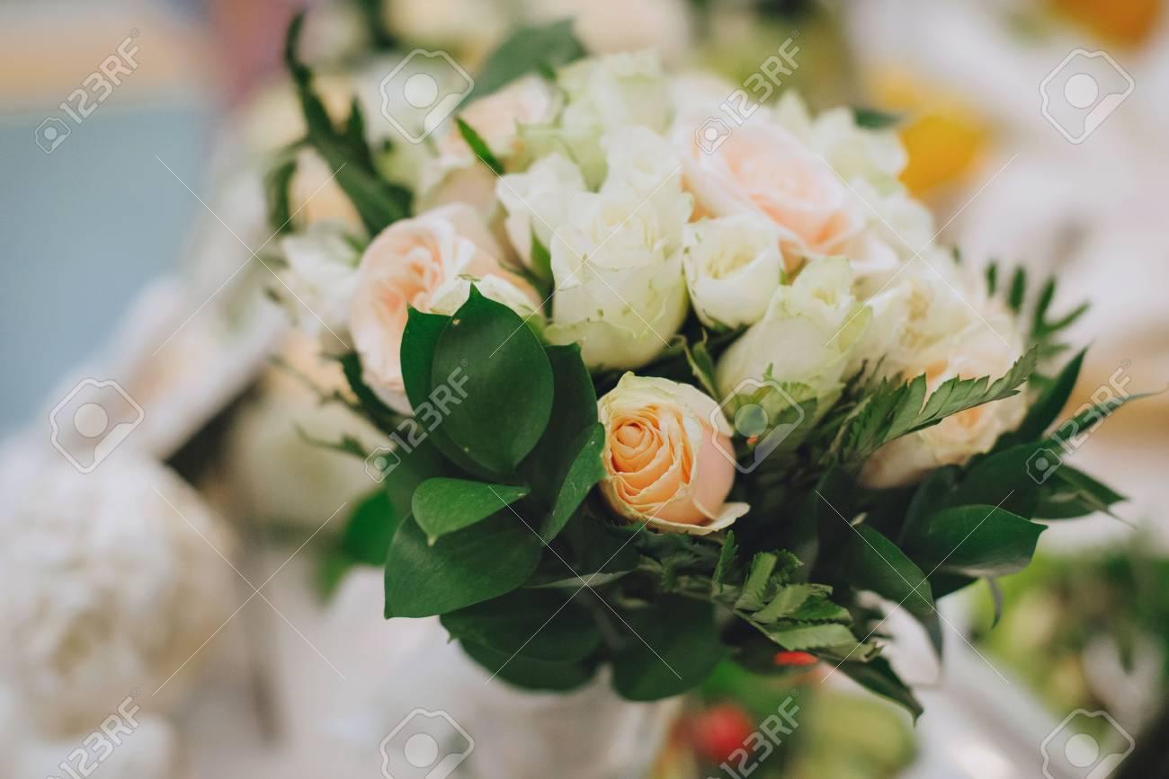 Hochzeitsstrauss Weisse Rosen Und Lila Blumen Lizenzfreie Fotos
