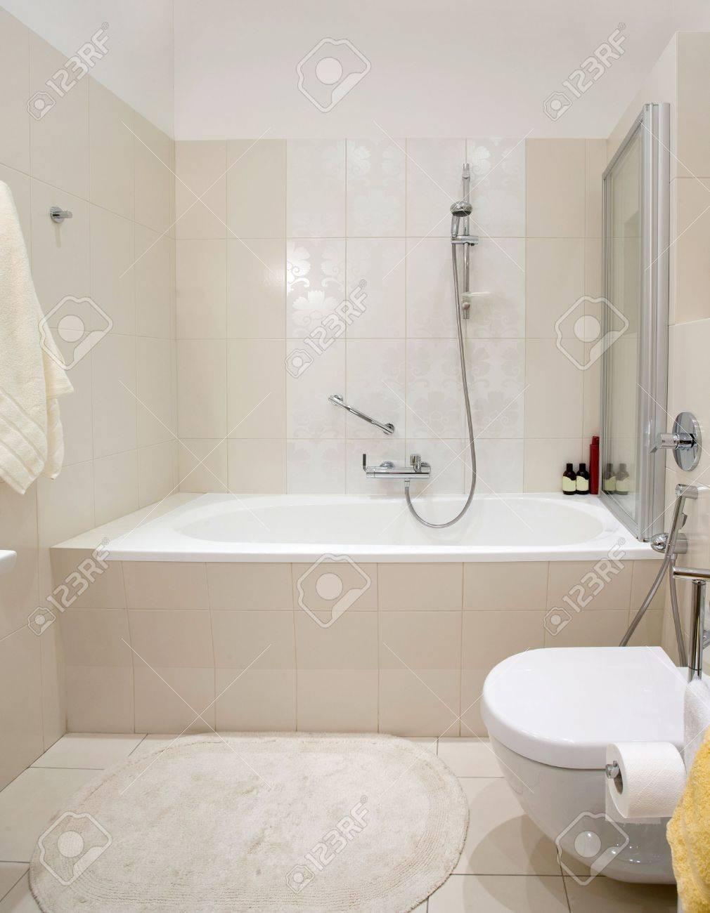 Salle de bains moderne domestique. Céramique salle de bain avec douche.