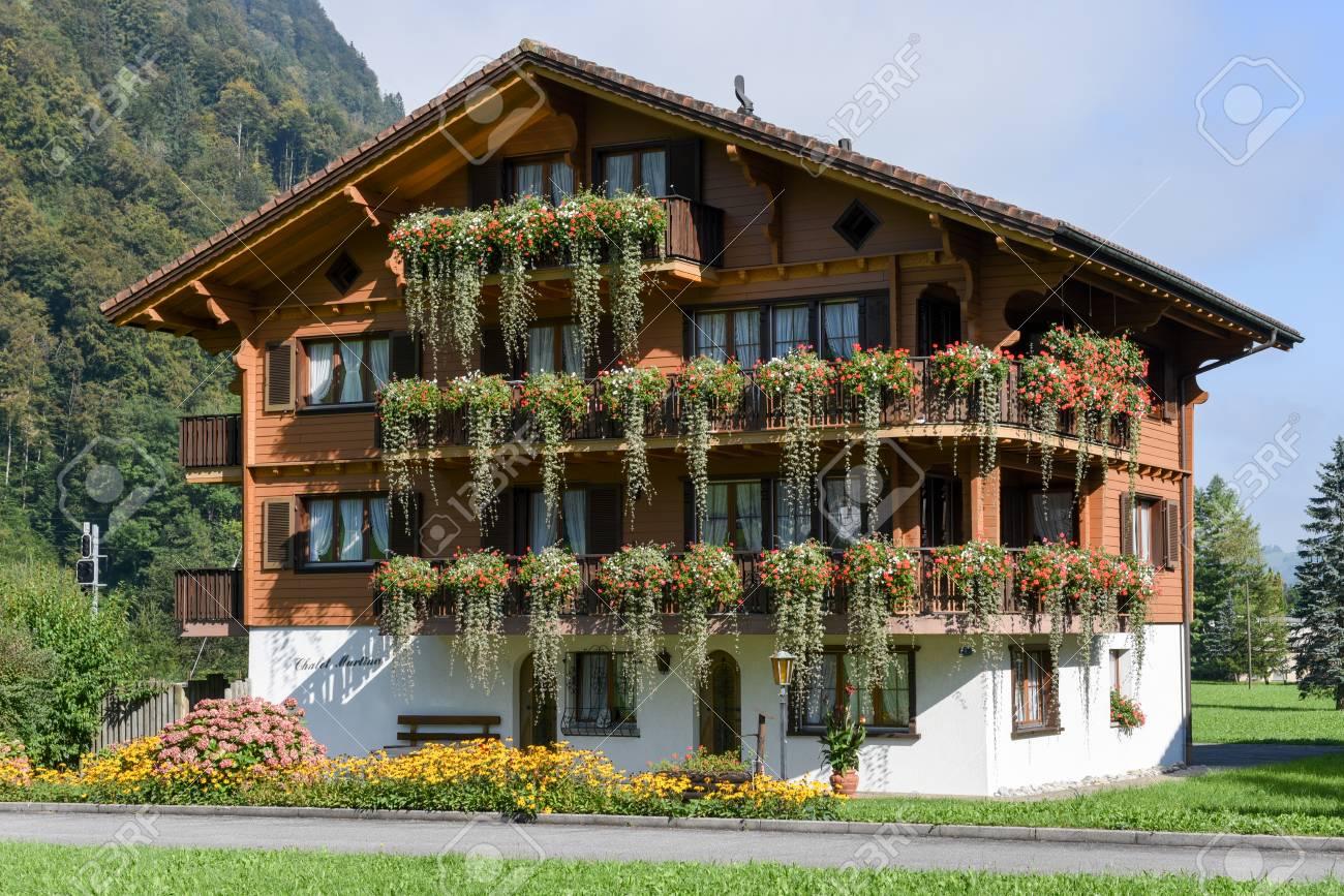Wolfen, Schweiz - 24. September 2016: Schönes Haus Mit Blumen ...