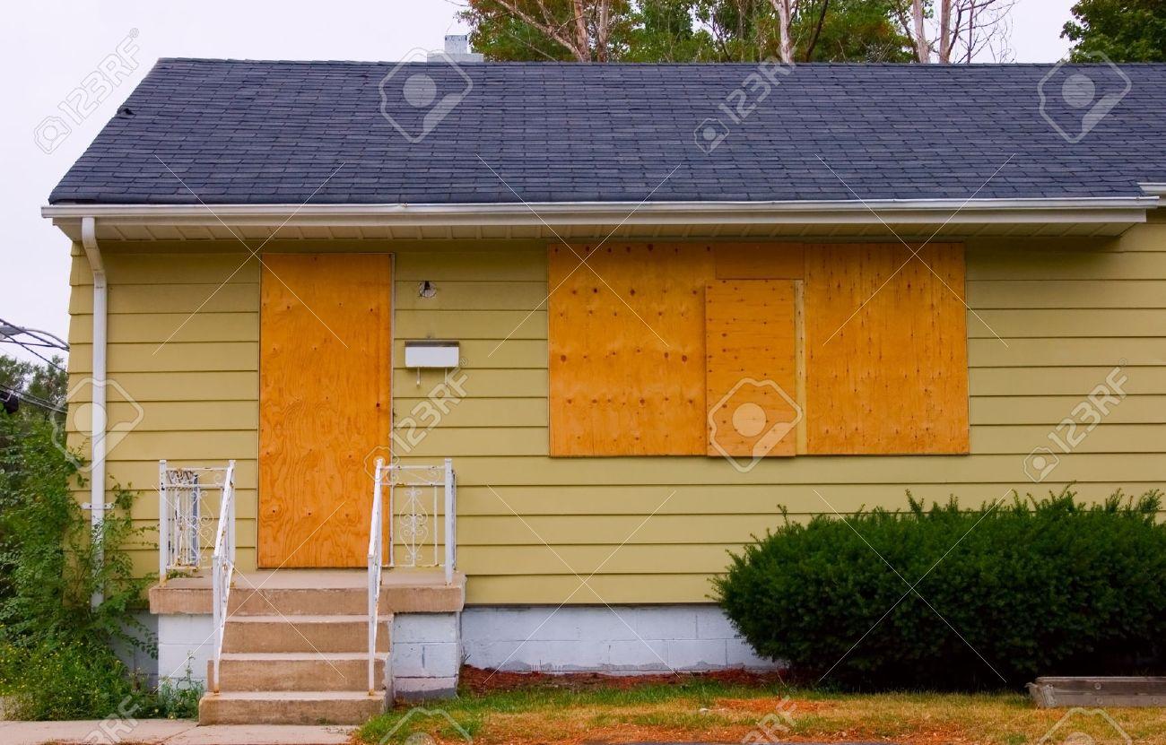 Ein Haus In Gutem Zustand Mit Der Tür Und Fenster An Bord Mit ...