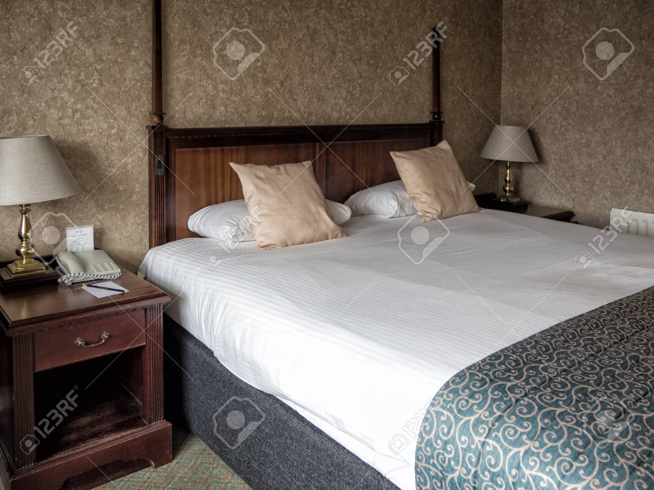 Desgastado Y Descolorido Tradicional Inglés Cuarto De Hotel Fotos ...