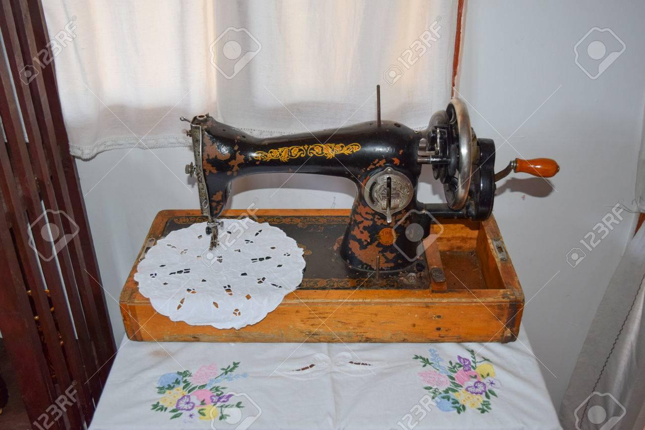 Machine A Coudre Ancienne l'ancienne machine à coudre manuelle. la machine pour piquer l'usure du fil.