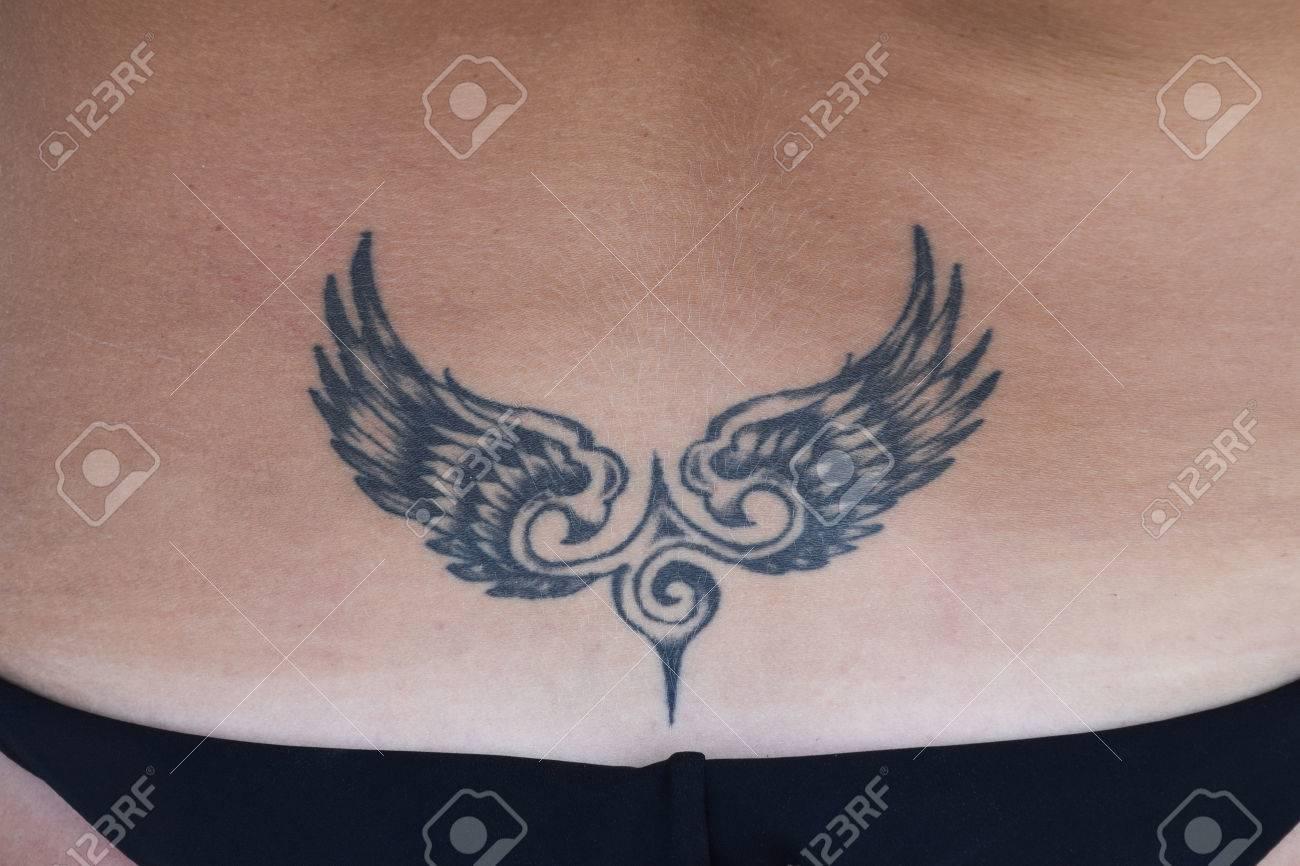 Le Tatouage En Forme D Ailes Sur Le Dos Tatouage Simple Pour Femme