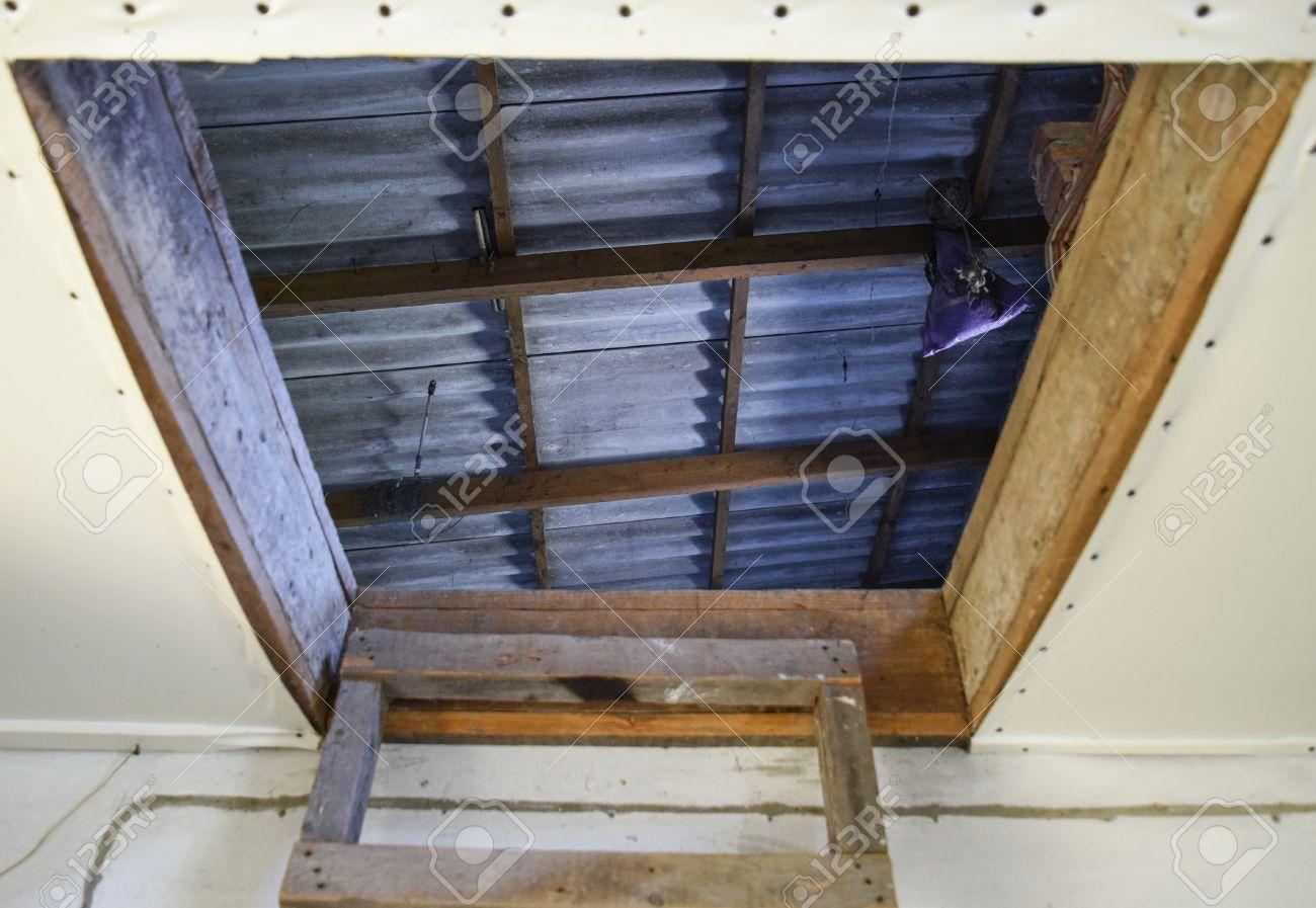 Bevorzugt Ffnen Sie Den Eingang Zum Dachboden. Die Treppe Und Die Tür Zum IY46