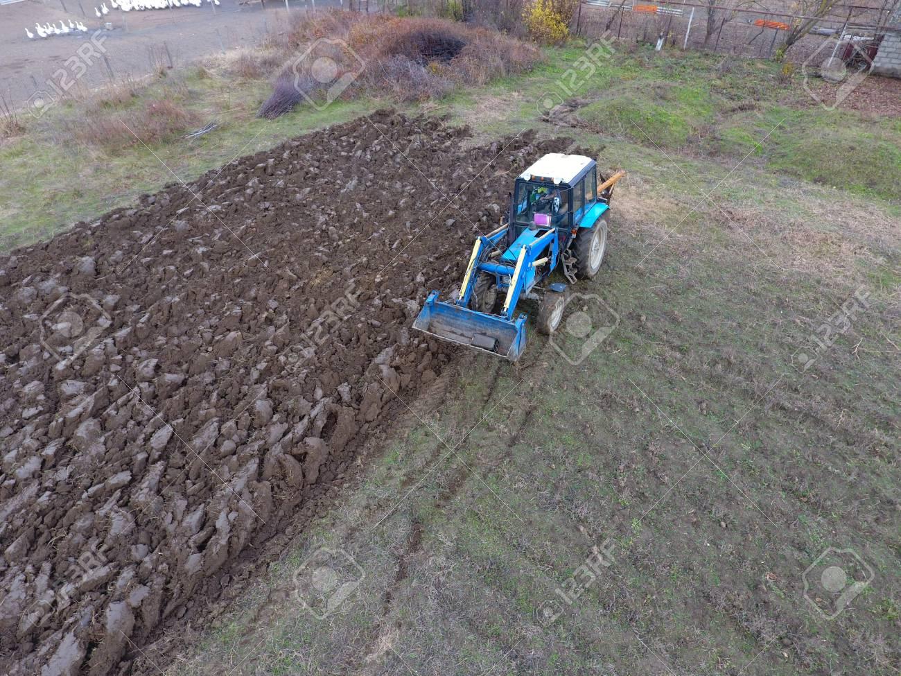 Traktor Der Den Garten Pflügt Den Boden Im Garten Pflügen