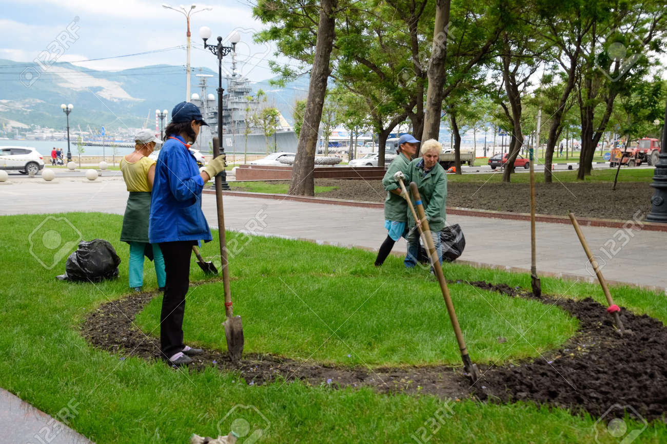 Novorossiysk, Russia - May 20, 2018: Janitors do landscape design. Planting flowers on a flower bed. - 133522200