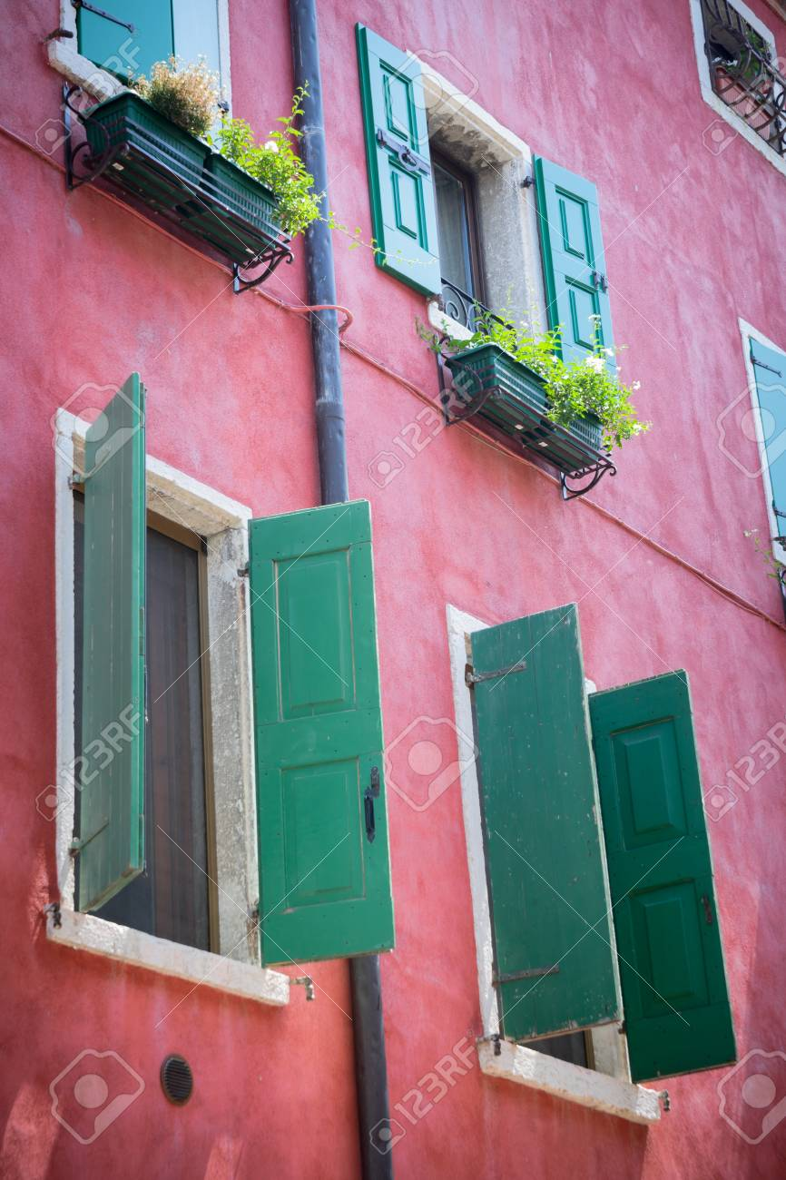 Bonitas fachadas de las casas mediterráneas con persianas y diferentes  colores