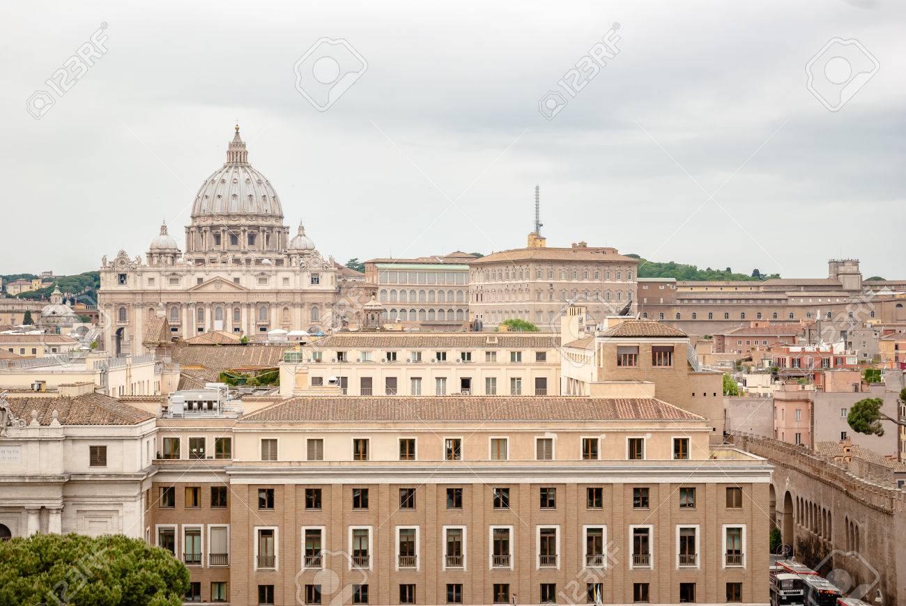 写真素材 , 背景には、ローマ、イタリアのバチカンのサン ・ ピエトロ大聖堂のドームを持つローマの建物