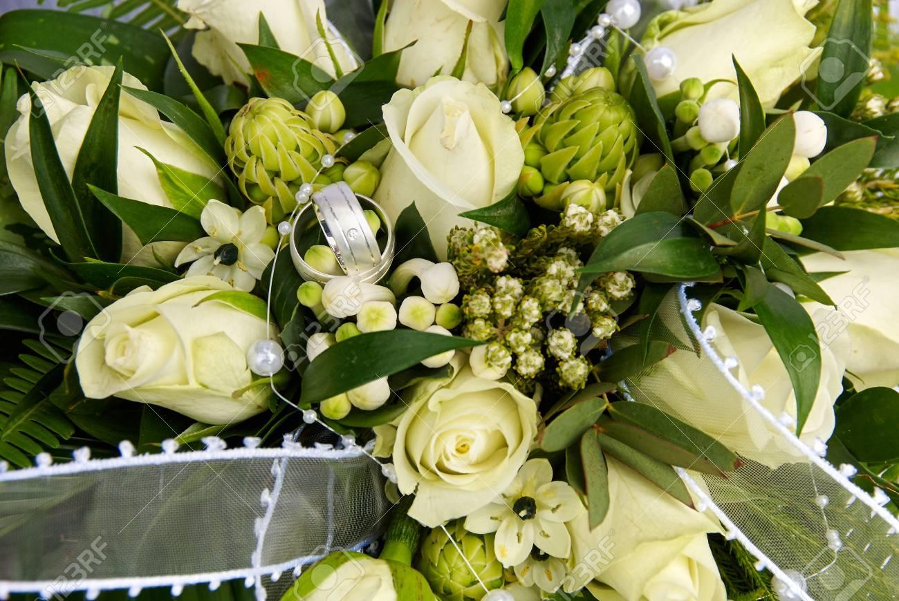 Hochzeitsstrauss Weisse Rosen Lizenzfreie Fotos Bilder Und Stock