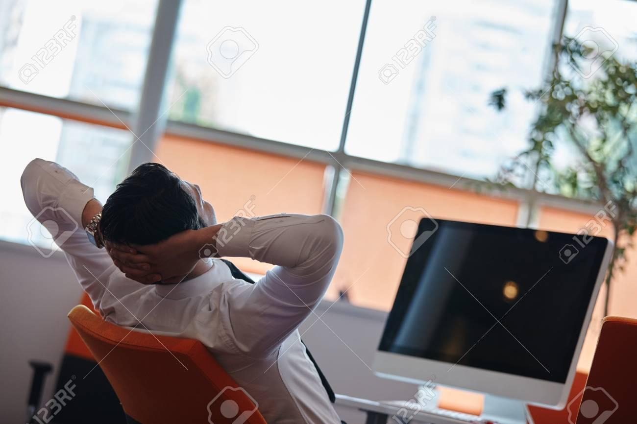 Homme d affaires dormir sur le bureau dans le bureau banque d