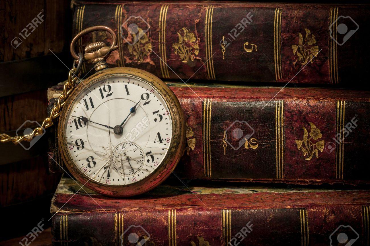 Antike taschenuhr  Antike Taschenuhr Uhr über Alte Bücher In Low-key, Copy Space ...