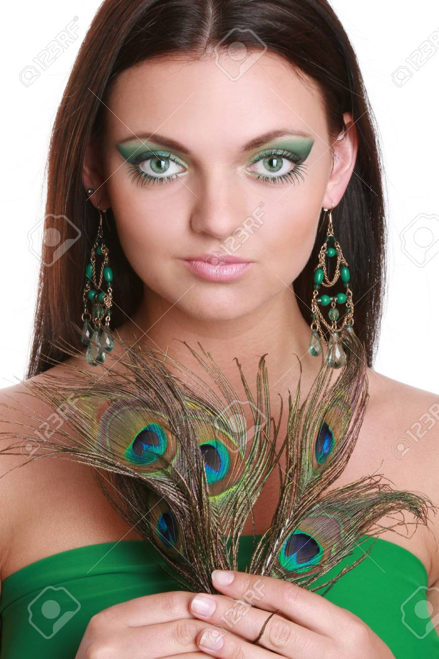 Plume Paon De Verte En Dxocbe Jeune Femme Belle D'une Avec Robe Portrait BorCxed