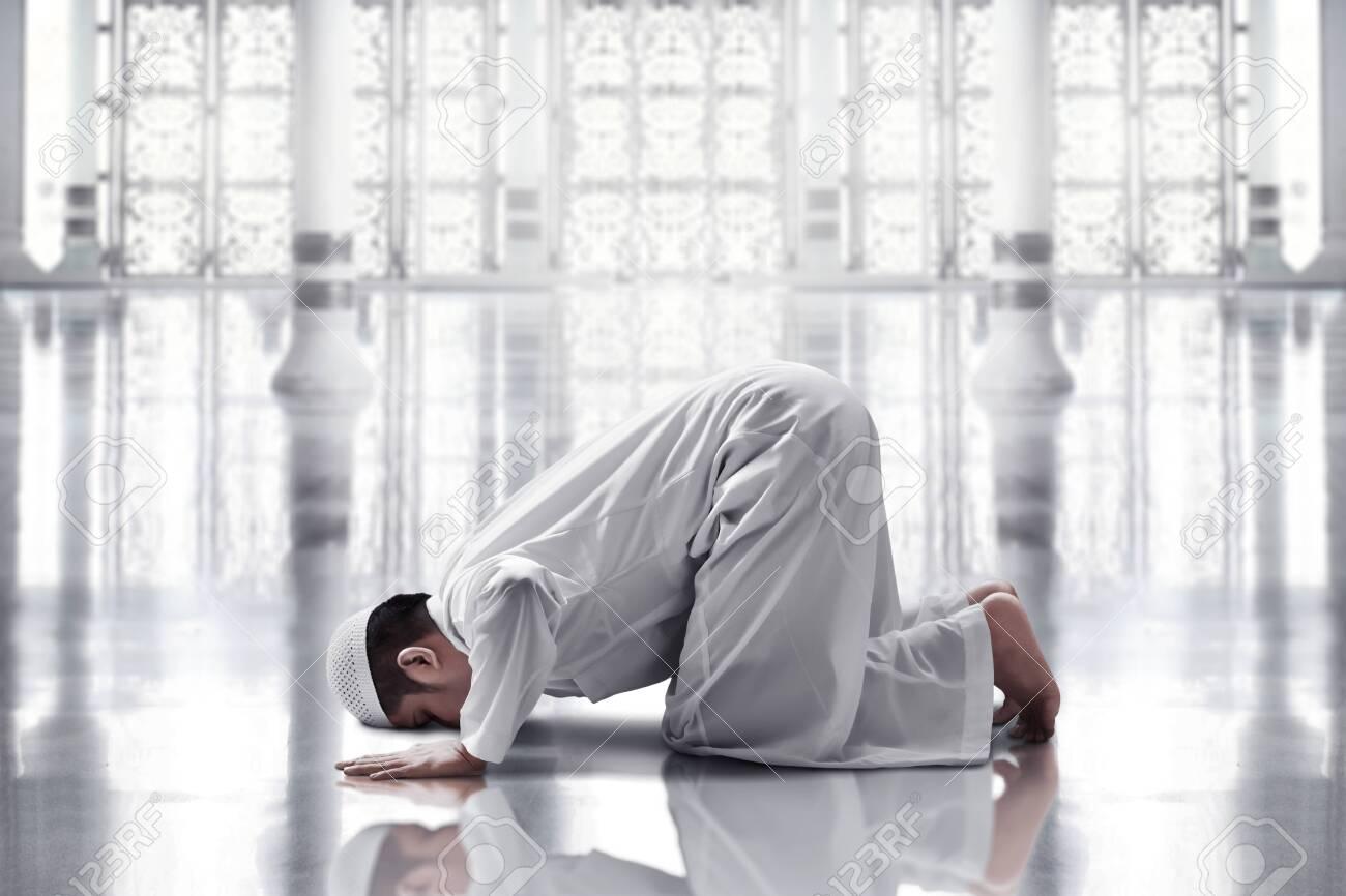 Religious asian muslim man praying - 144992969