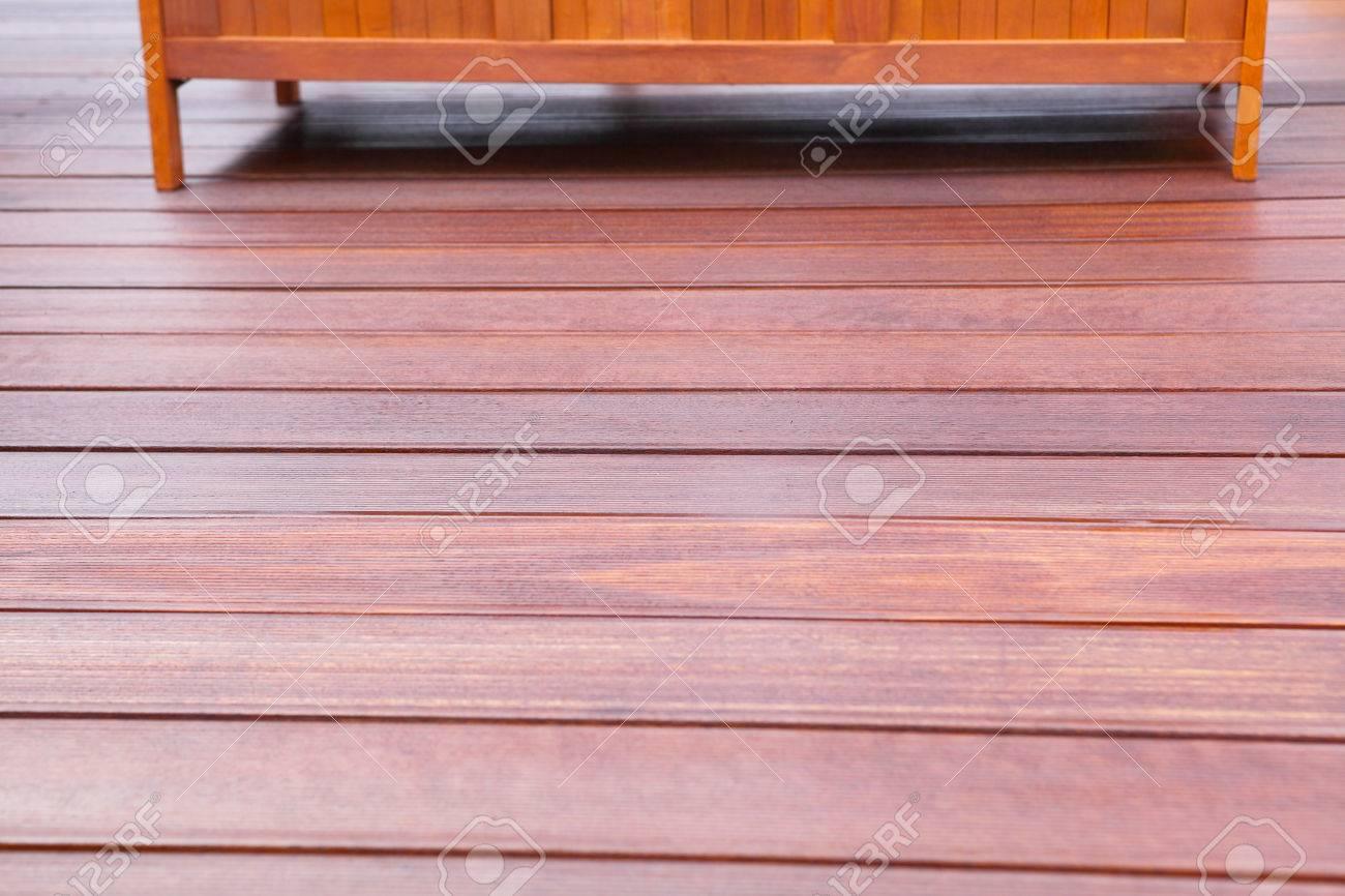 Holzbank Auf Geoltem Bangkirai Terrasse Lizenzfreie Fotos Bilder