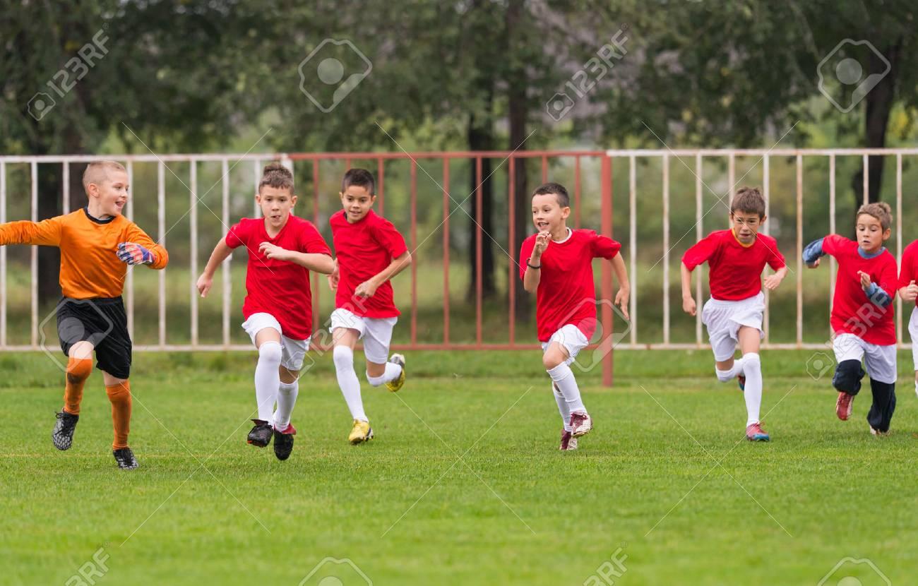 Immagini Di Calcio Per Bambini : Immagini stock allenamento di calcio per bambini nel campo di